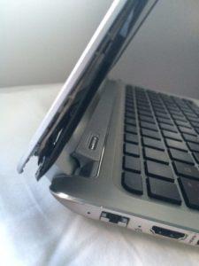 carcasse de PC portable en plastique grand public cassée