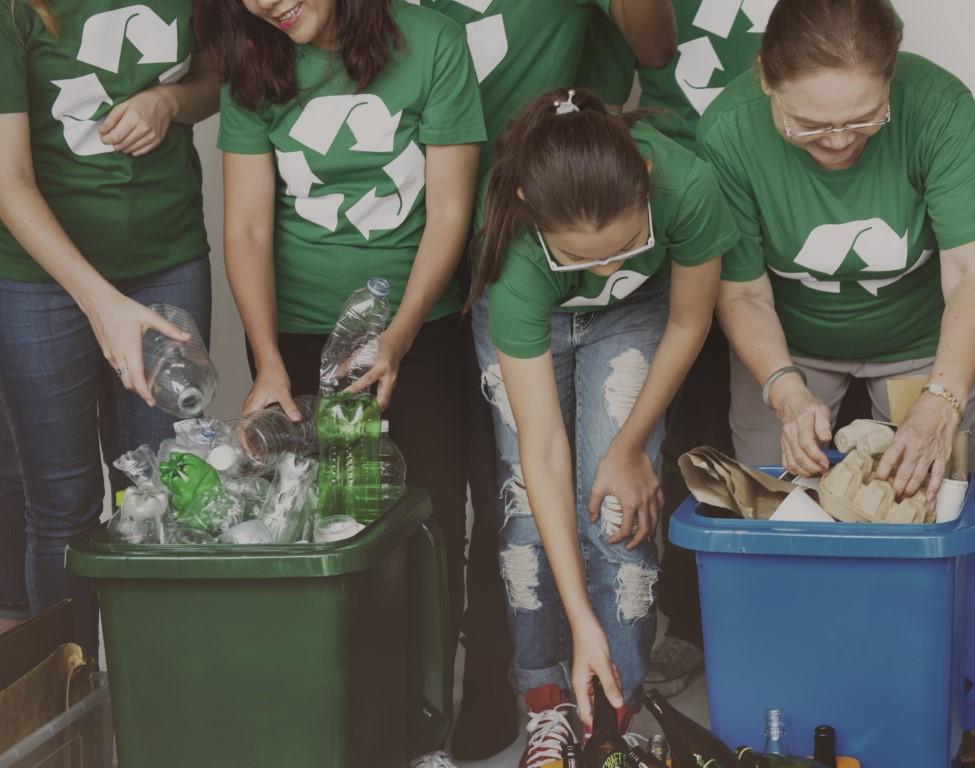 groupe de personnes qui recyclent - pièces de PC
