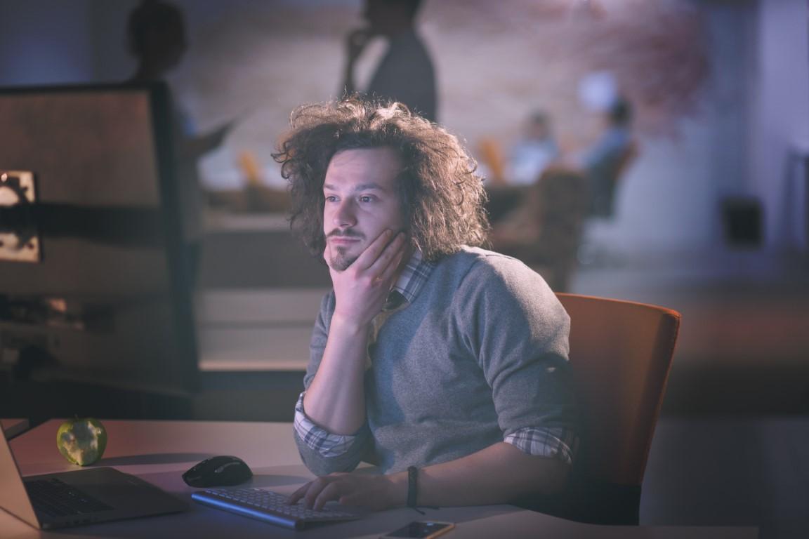 homme au travail sur un ordinateur