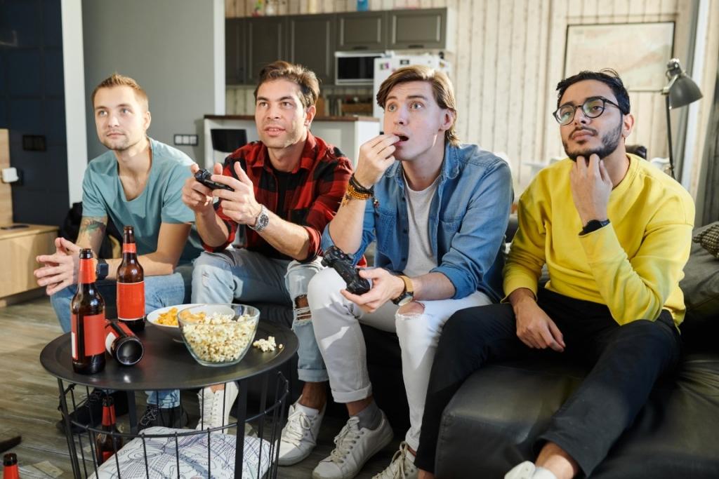 Amis jouant en couch gaming avec un mediacenter reconditionné