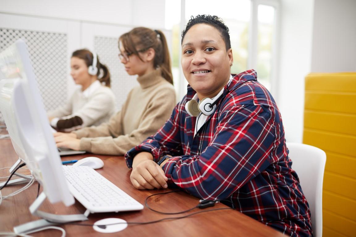 Etudiants utilisant un ordinateur
