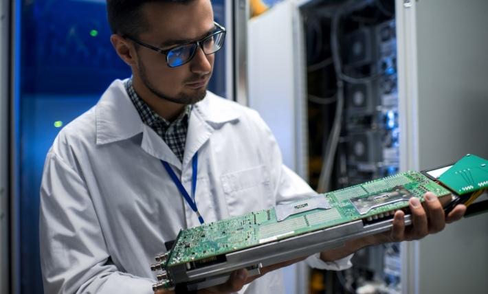 Scientifique qui inspecte un ordinateur