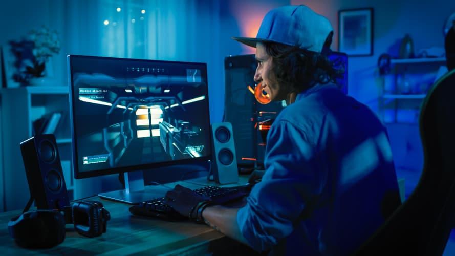 Un homme jouant sur un ordinateur
